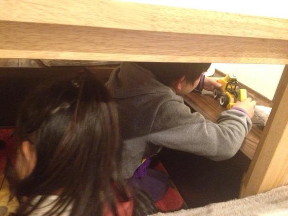 子供達はなぜかテーブル下が落ち着くみたい(*^o^*)