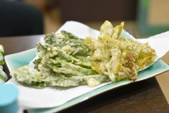 タラの芽と柿の葉の天ぷら※定番メニューではありません