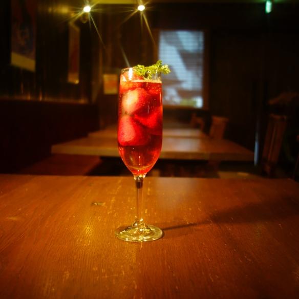 フローズン苺がたっぷり入った苺梅酒スパークリング