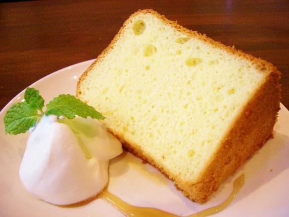 ある日の本日のケーキ!!ふわっふわのしっとりシフォンケーキ!!