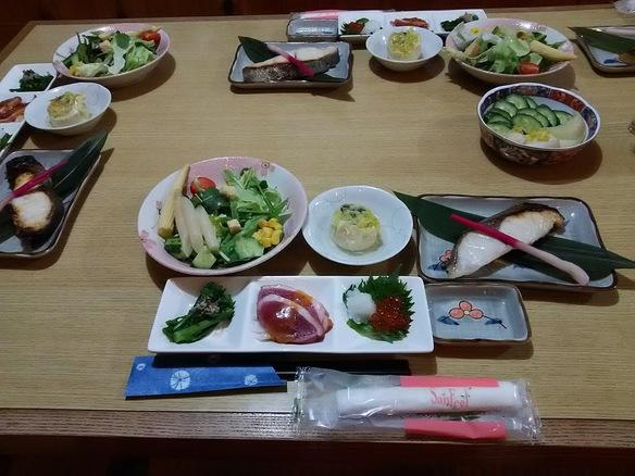 こちらのご料理は、3000円コースの一部です。その他5品提供されます。ご希望によりメニューは変更できますのでご遠慮なくお申し出ください。