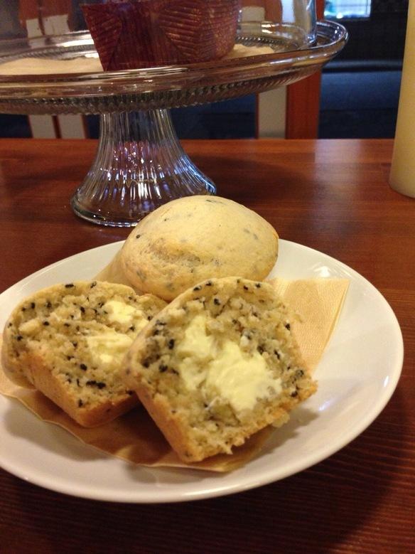 国産小麦使用の黒ゴマクリームチーズマフィンです