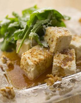 【豆富とくるみ、チーズのサラダ】  一番人気のサラダです★