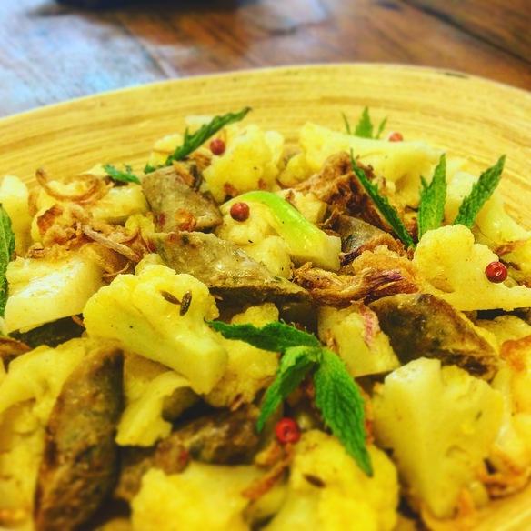 カリフラワーとチェンマイ腸詰のヤム