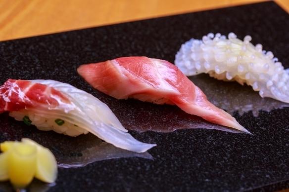 じっくりと熟成させたネタと、多様な味付けが売りの鮨。(左から、鯛・鮪・ヤリイカ)
