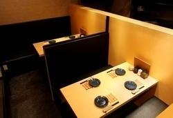 4名掛けテーブル×2。独立スペースなので、隣を気にせずお食事を。