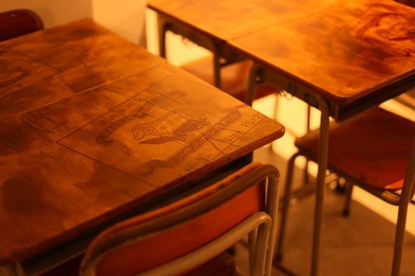 店内のテーブルには学校の机が!! お洒落なオリジナル空間をお楽しみください!