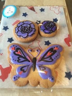 アイシングクッキー。蝶々と、アナスイっぽいお花で…とのご要望でした(^_-)