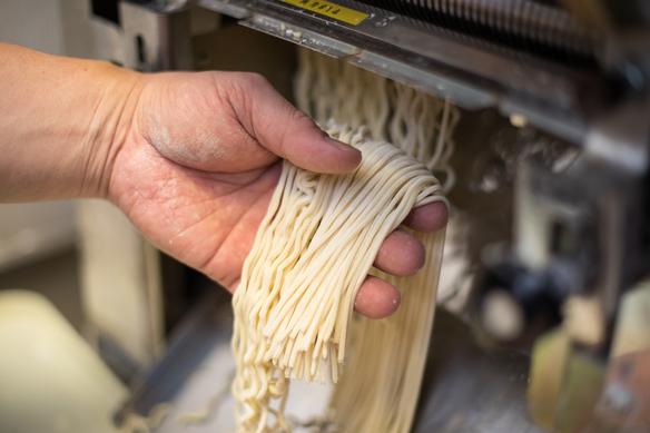 味噌ラーメンの力強い麺を模索して、エアーストリームでは自家製麺を行っています。 お客様には、毎朝打ち立ての麺をご提供しております。