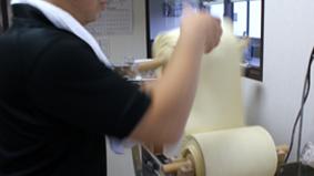 小麦粉は中力粉と準強力粉の2種類を使用して、その日の気温や湿度に会わせて麺を作っています。 この配合により、エアーストリームの麺は、一般的なラーメンの麺よりも、強いもちもち感を出しています。