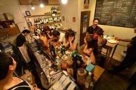 店内は立ち飲みスペースがメインで、ハイチェアのあるテーブル席が1つ。