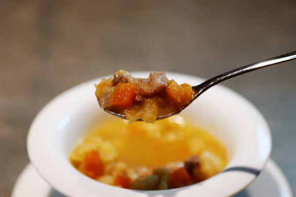 スープ:1品目は必ず温かいスープです。お腹を温めてお肉を最後までお楽しみいただきます