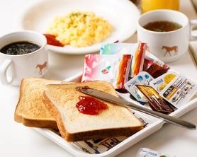 カフェビュッフェスタイルの朝食です。 390円で、お好きなだけトーストやコーヒー紅茶、スープをお楽しみいただけます。 忙しい朝に、ぜひご利用ください。以下すべて、おかわり自由! またご家族のために6歳未満のお子様は250円でOK! ・トースト ・コーヒー、紅茶、緑茶など ・ディスペンサーのソフトドリンク、ジュース ・日替わりスープ ※ジャム、マーガリン付き +160円で、スクランブルエッグも追加できます!