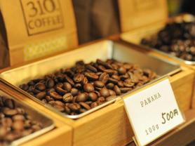 もちろんプロが焼いたコーヒー豆を気に入っていただけたら、その場で買うこともできます。プレゼントやお土産にも大好評で、売り切れ御免です。