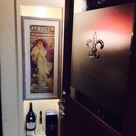 アルフォンス・ミュシャの絵が飾られたエントランス