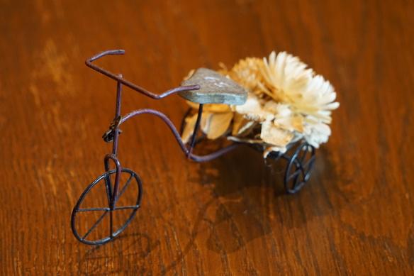 ちっちゃな三輪車 ドライフラワーを乗せて