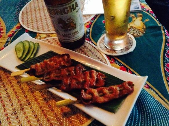 人気の昼飲み。タイビールとムーンヤーン美味しい組み合わせ