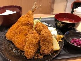 魚河岸フライ定食  980円 お客様のご要望にお応えしてフライ定食を始めました。 大粒のカキフライ(広島県産)・特大アジフライ ご飯・味噌汁・お新香付き 広島県産カキフライは大粒で旨味たっぷり、特大アジフライも肉厚でサクサク、ジューシー。 海鮮丼、天ぷら定食に続きおすすめです。 是非召し上がってみてください。