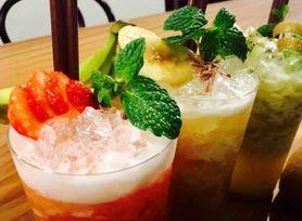 【季節のフレッシュフルーツカクテル】 旬の果物を贅沢に使用したオリジナルカクテル