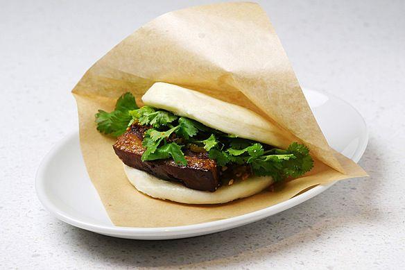 台湾風の角煮を中華まんのようなふわふわのバンズで挟んだ台湾式バーガー