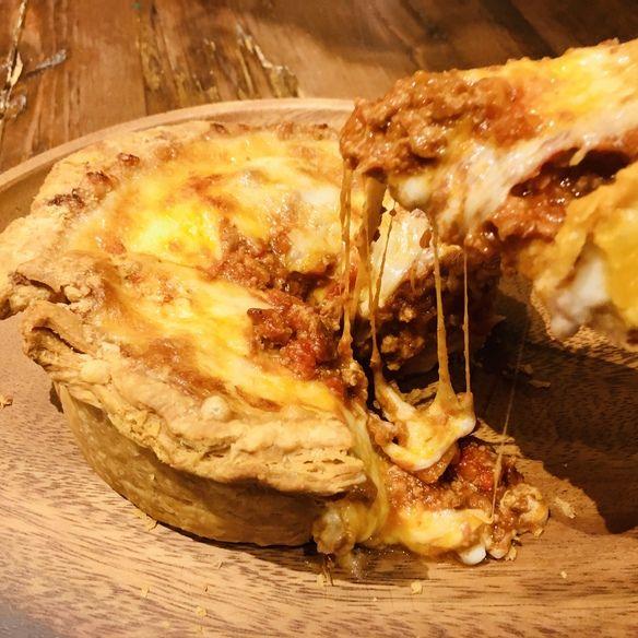 9月18日(金)16:00より、店名をTrattoria Pizzeria Bar FAVETTAと生まれ変わりリニューアル!写真は新メニュー代表の『シカゴピザ風 3種のチーズと濃厚ミートソースのプールパイ』。人気のシカゴピザスタイルをサクサク食感のパイ生地にアレンジ!こぼれ出すチーズとミートソースを是非お楽しみください♪