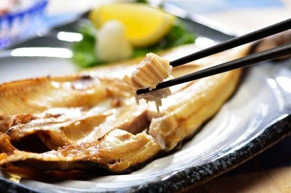 当店の「真ほっけ開き干し」は、北海道利尻島の漁師さんから手作り品を直送してもらっています。