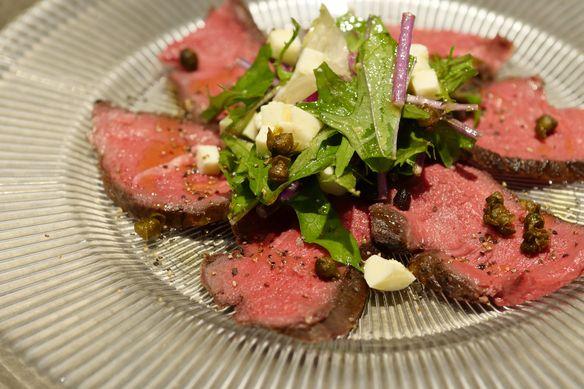 前菜:低温調理で仕上げたジビエの季節には蝦夷鹿のカルパッチョも。