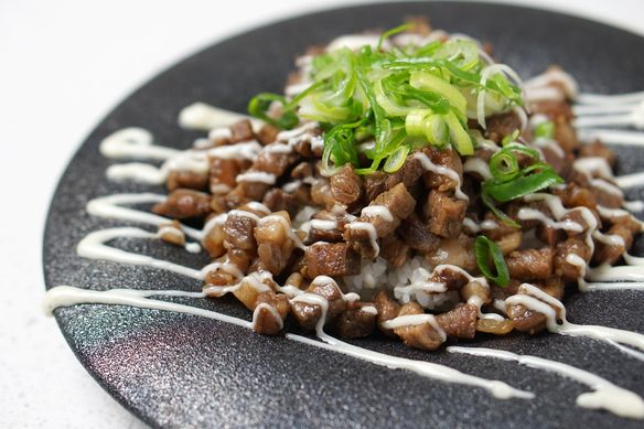小三角のステーキ飯 〜サーロインの脂で作った自家製マヨネーズがけ〜 コース内に含まれるお料理です(来店時期によってコース内のメニューが変わります) 期間限定のメニューです