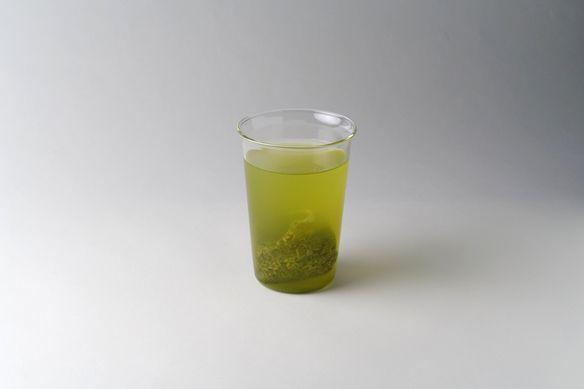 茶葉ごとに最適なお湯の温度で淹れることで、茶葉の旨味や甘みを最大限感じられるお茶となっています。  茶葉はティーバッグで提供するので、飲み終わったボトルやカップに水やお湯を入れると「二煎」「三煎」と味の変化をお楽しみいただけます。