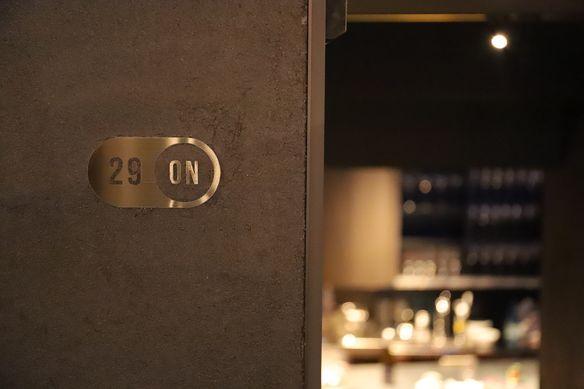 隠れ家感満載の扉をくぐるとラグジュアリーな大人空間が広がります