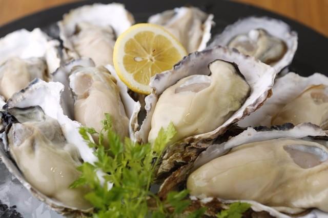 【新宿】旬の生カキが19時まで半額!こだわりの牡蠣料理とお酒で舌鼓。『オイスターズインク』
