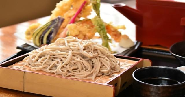 【飯田橋】出汁が染み込む「カツそば」にあっさり沖縄そばも!ランチそばを楽しめる店6選