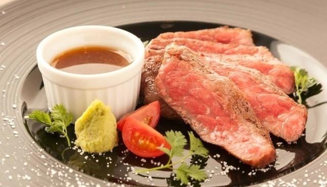 【江坂駅近】肉盛り・ステーキ・肉の寿司まで!旨味溢れる和牛をワインとともに『エビスカフェ&バル』