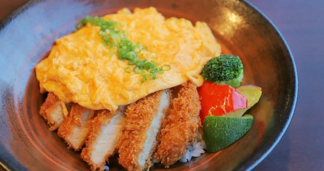 【品川】ふわとろ卵のカツ丼にハンバーガーも!24時間いつでも本格料理がお出迎え『カフェレストラン24』