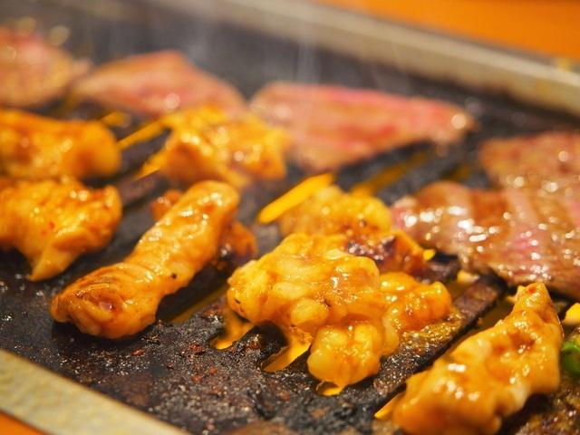 【西新宿】ジューシーな脂が堪らないホルモンや肉汁たっぷりの餃子も!忘年会はココで決まり。6選