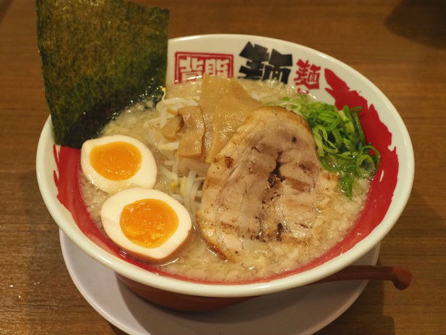 【中野坂上】スープを隠すほどの背脂の甘みがクセになる『麺や天鳳』
