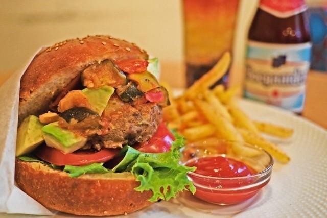 【期間延長】肉々しいパテと盛り沢山の野菜で大満足なハンバーガーを堪能!池尻大橋『オブライトカフェ』