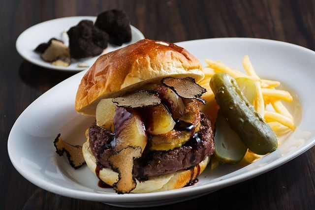 フォアグラやトリュフ!6種類の限定ハンバーガーが食べられる!六本木『BLT STEAK』