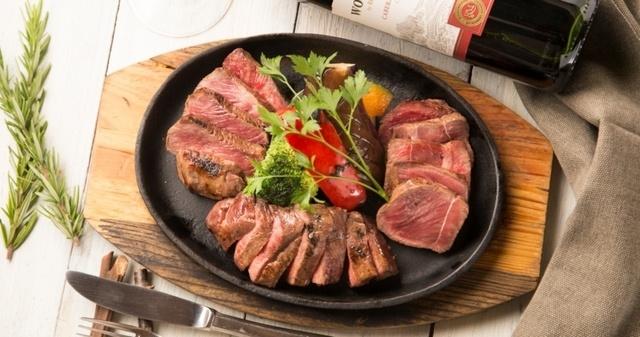 【赤坂】赤身ステーキは常識を覆す柔らかさ!黒毛和牛の希少部位をワインと共に『ミートミーツ5バル』