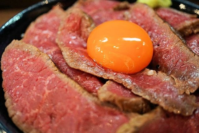 東京で話題のローストビーフ丼8選!君は全ての肉山に登頂することができるのか?