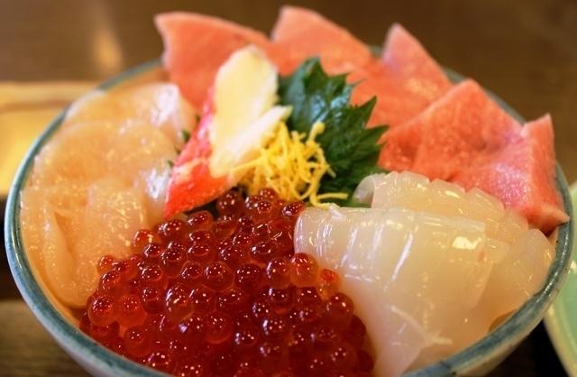 新鮮な魚介でボリューム満点!池袋駅周辺で美味しい海鮮丼が食べることのできるお店3店