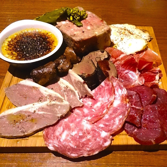 恵比寿の街にひっそりと佇むビストロ『アンコニュ』厳選肉の炭火焼きとワインの相性がとにかく抜群