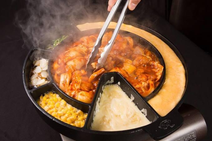 見た目が少し変わった形の鍋と自家製のコチュジャンを使ったこだわりの味となっています。トロトロのチーズに人気メニューのタッカルビの相性が抜群!