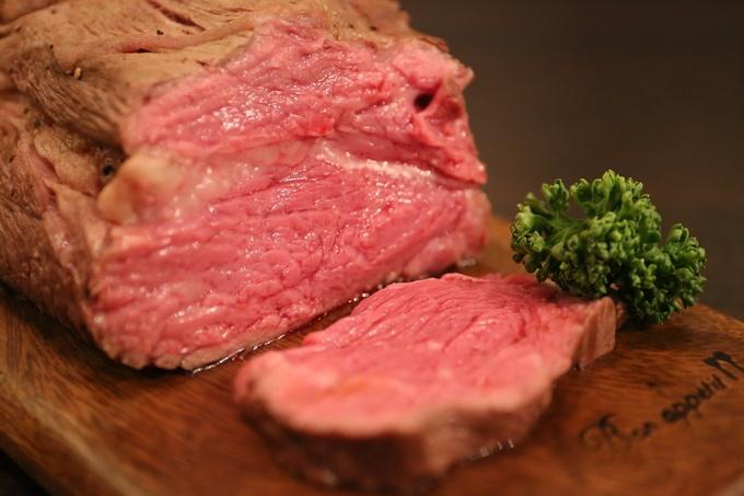 贅沢すぎる!世界三大牛のローストビーフと熟成生ハムが食べ放題!?新宿『クロスカーサ』へ急げ!