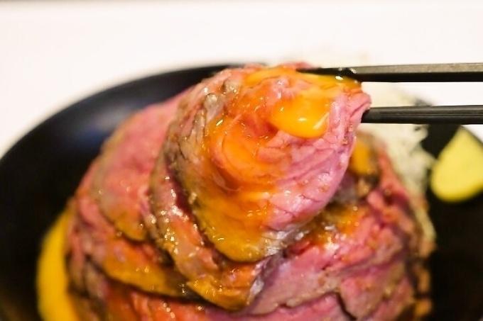 そびえる肉山を喰らえ!何層ものローストビーフと特製ソースの相性抜群『the肉丼の店 だいにんぐ 高田馬場店』