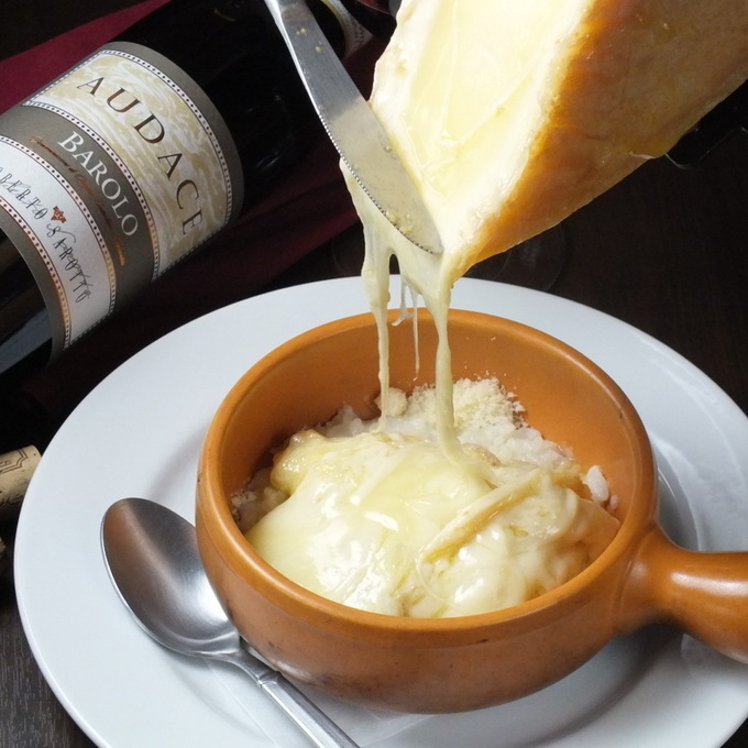 【町田】70種の厳選されたワインに夢中!世界中のチーズや黒毛和牛のステーキと共に『Fontina』