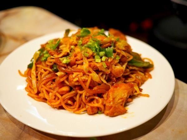 【西武新宿】揚げラーメンにスパイスの刺激!ネパール料理は一度食べたらやめられない『ワンダー』