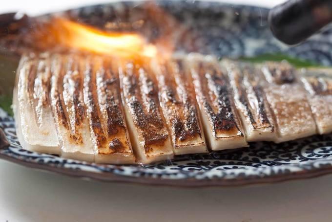 【新所沢】豪快!目の前で炙るサバは胡麻ダレ香る!宴会で盛り上がるなら『イザカヤTOMBO』