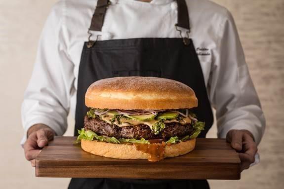【六本木】過去最大級の4,000g!かつてないメガ盛りハンバーガーが期間限定で登場『オークドア』