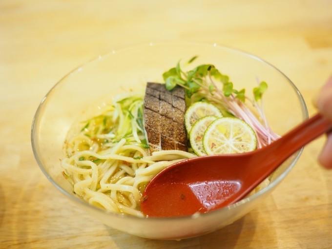 『福島壱麺』に夏の名物ラーメンが今年も登場!〆鯖の酸味とすだちの香りが涼感をそそる一杯